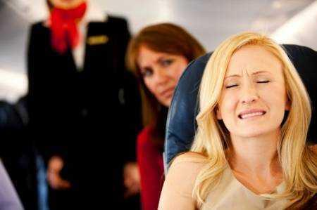 Закладывает уши в самолете: что делать