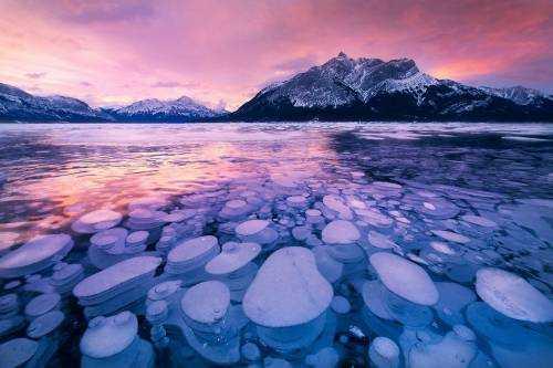 Замерзшие пузырьки в бескрайней глубине озеро Эйбрахам